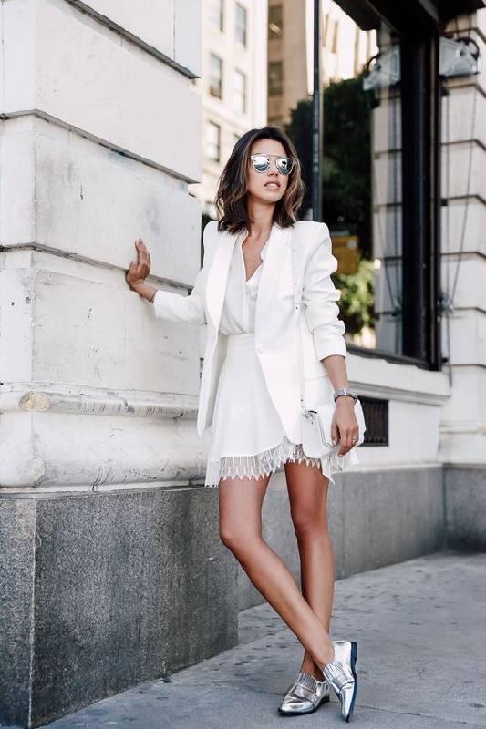 robe blanche avec chaussures argentées