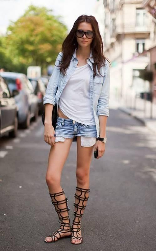 Comment porter des sandales de gladiateur avec un short et un t-shirt