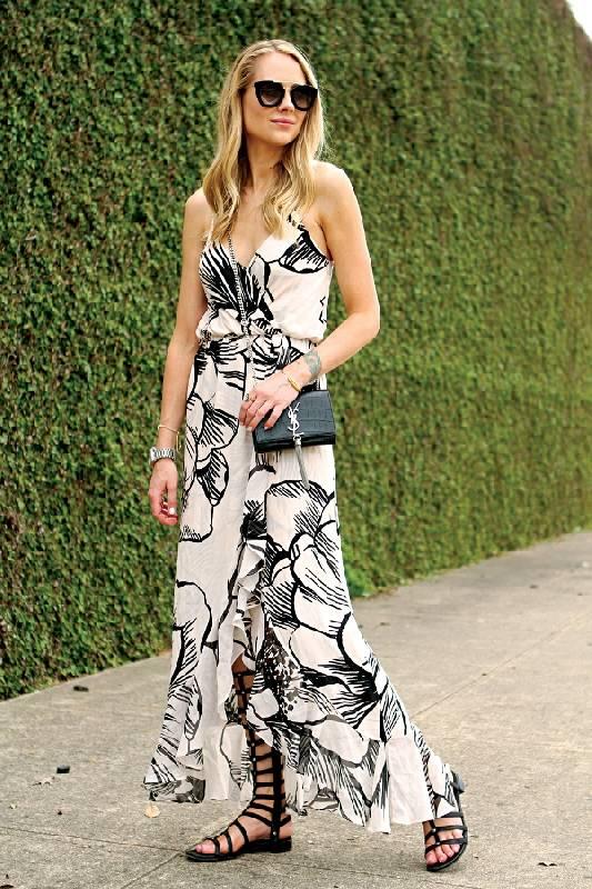 comment porter une maxi robe à fleurs avec des spartiates