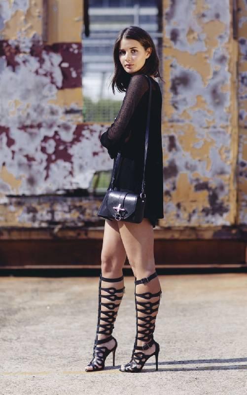 comment porter des sandales de gladiateur à talons avec une robe de fête