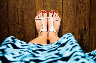 Comment porter des chaussures plates avec une robe ?