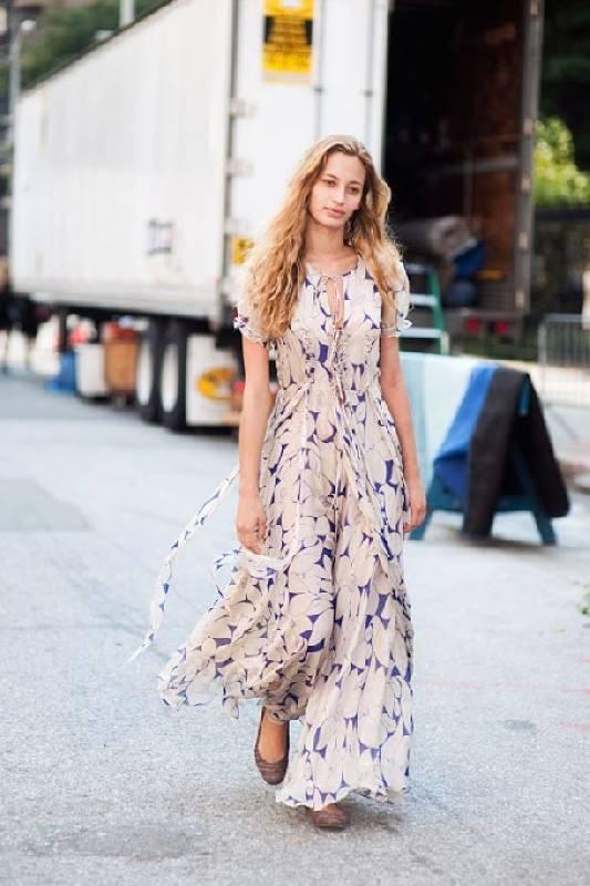 Des ballerines à bout arrondi avec une longue robe longue à fleurs pour un look décontracté