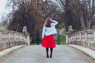 Comment porter une jupe midi en automne ?