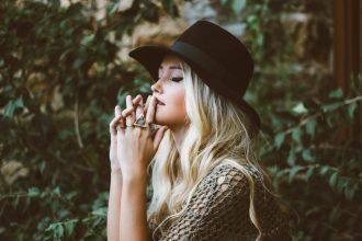 5 accessoires qui ne se démodent pas et rendent votre look plus élégant